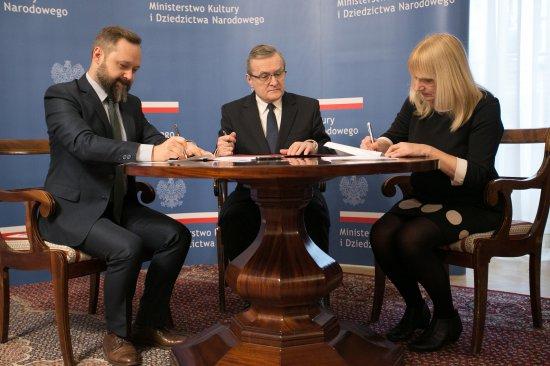 Na zdjęciu: wicepremier minister kultury i dziedzictwa narodowego prof. Piotr Gliński podczas podpisywania umów z beneficjentami