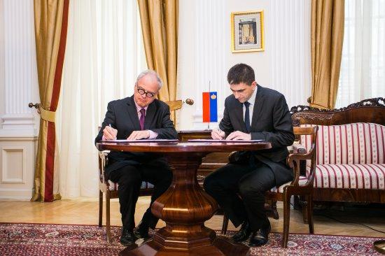 Na zdjęciu: podpisanie protokou wymiany akt.