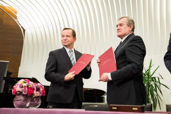 Na zdjęciu: Uroczyste podpisanie umowy o współprowadzeniu Filharmonii Podkarpackiej w Rzeszowie,  przez MKiDN oraz Województwo Podkarpackie