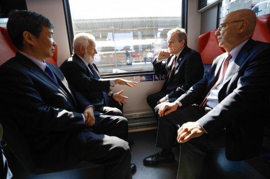 Na zdjęciu: wicepremier Piotr Gliński w pociągu na Dworcu Warszawa Zachodnia