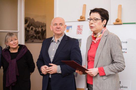 Na zdjęciu: wiceminister kultury i dziedzictwa narodowego Wanda Zwinogrodzka wręcza nagrody laureatom konkursu plastycznego
