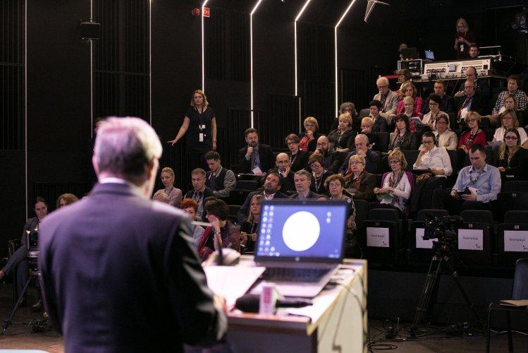 Na zdjęciu: Minister Piotr Gliński przemawia podczas rozpoczęcia konferencji