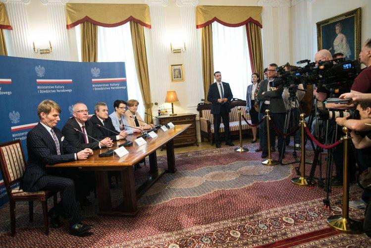 Na zdjęciu: Konferencja prasowa po powołaniu Marka Mikosa na nowego dyrektora Narodowego Starego Teatru w Krakowie
