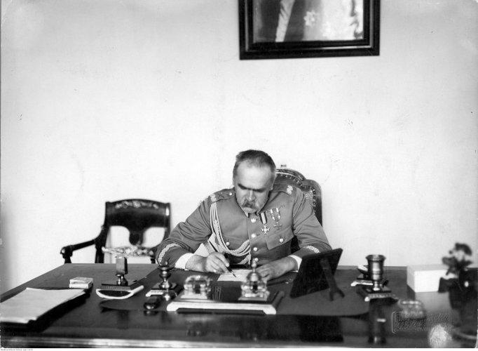 Na zdjęciu: Marszałek Józef Piłsudski przy pracy