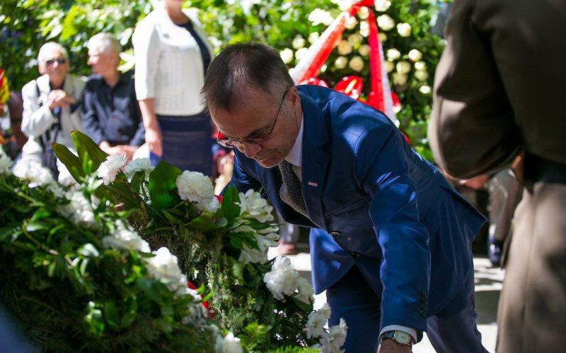 Złożeniem kwiatów przed pomnikiem Żołnierzy