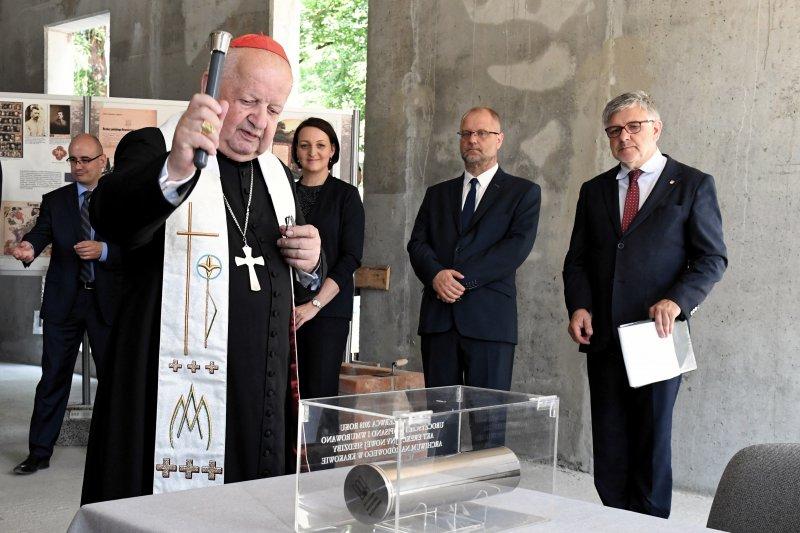 na zdjęciu wmurowanie kamienia węgielnego Archiwum narodowego w krakowie