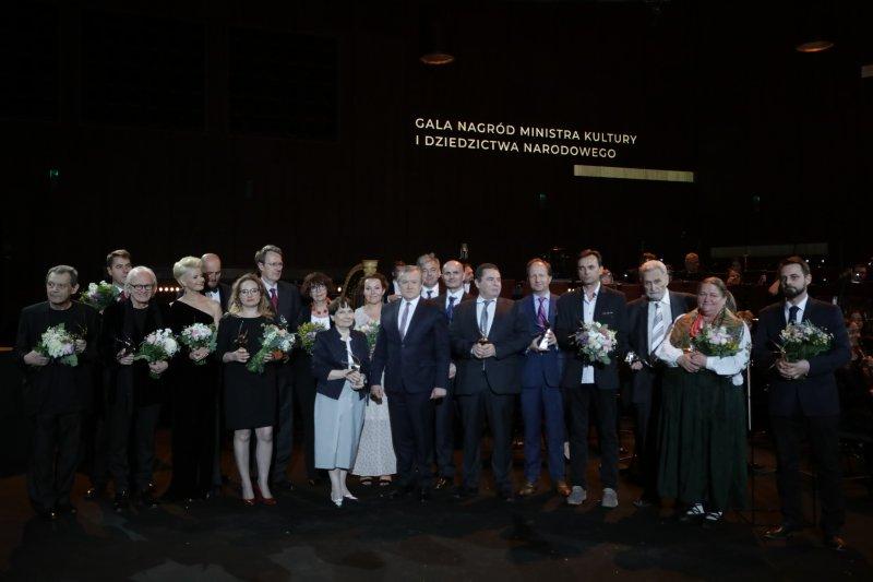 Wicepremier,  minister kultury i dziedzictwa narodowego Piotr Gliński wraz z laureatami Dorocznych Nagród MKIDN. autorem zdjęcia Danuta Matloch