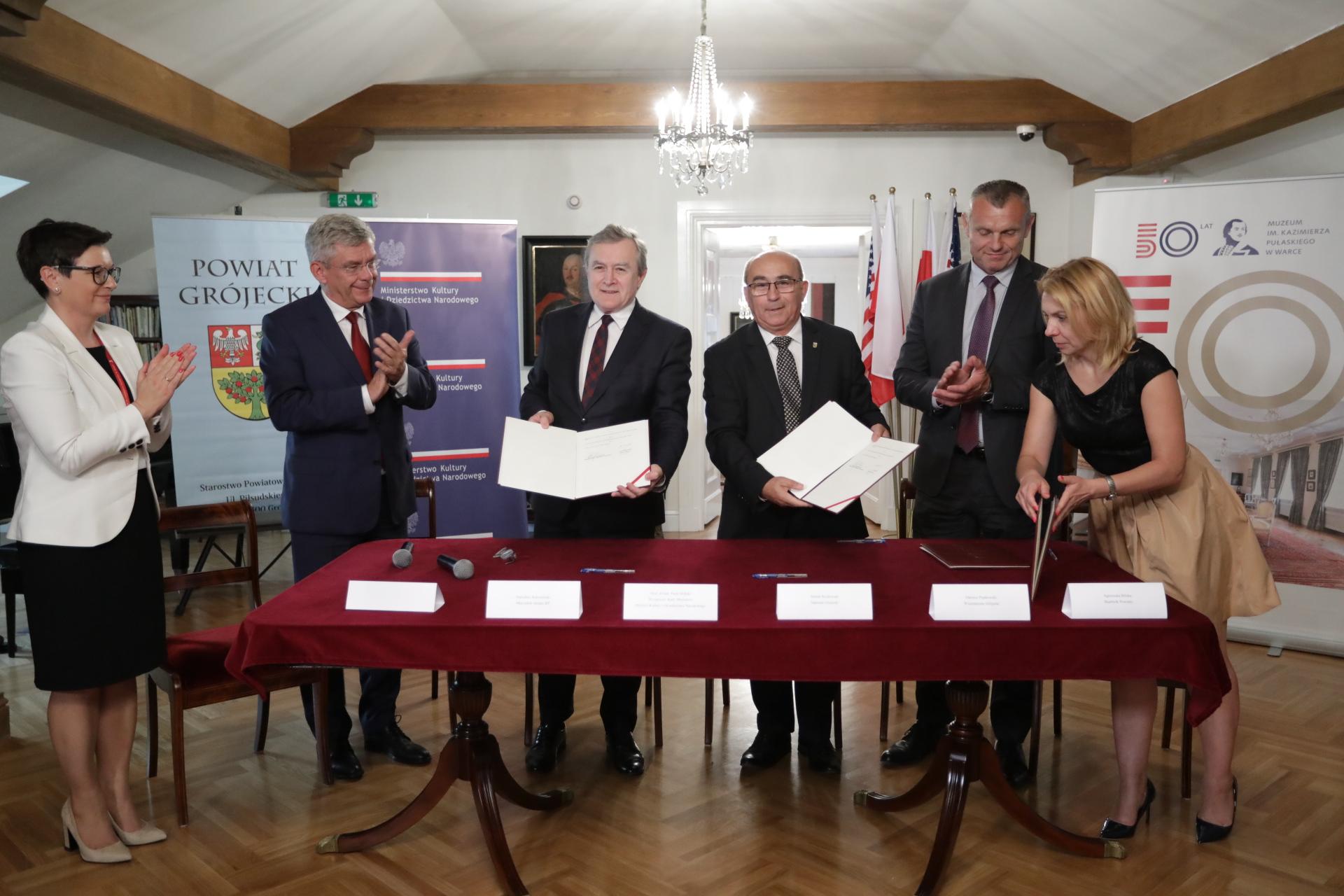 na zdjęciu uroczystość podpisania umowy o współprowadzeniu Muzeum im. Kazimierza Pułaskiego w Warce autor zdjęcia Danuta Matloc