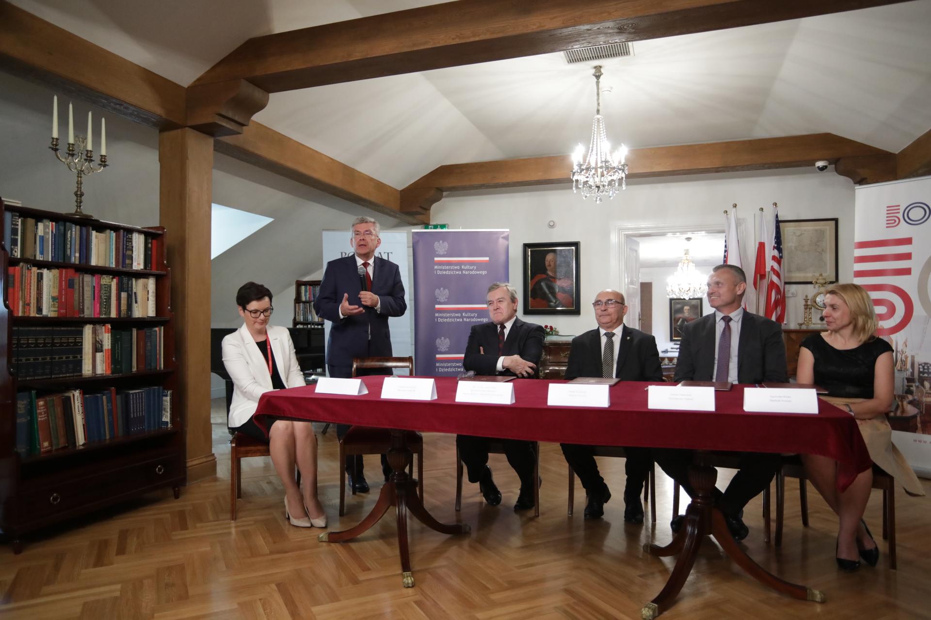 na zdjęciu uroczystość podpisania umowy o współprowadzeniu Muzeum im. Kazimierza Pułaskiego w Warce autor zdjęcia Danuta Matloch