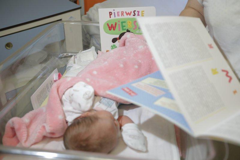 Na zdjęciu: książki z najpiękniejszymi wierszami dla dzieci na oddziale położniczym