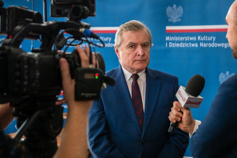 Na zdjęciu wicepremier Piotr Gliński podpisuje list intencyjny