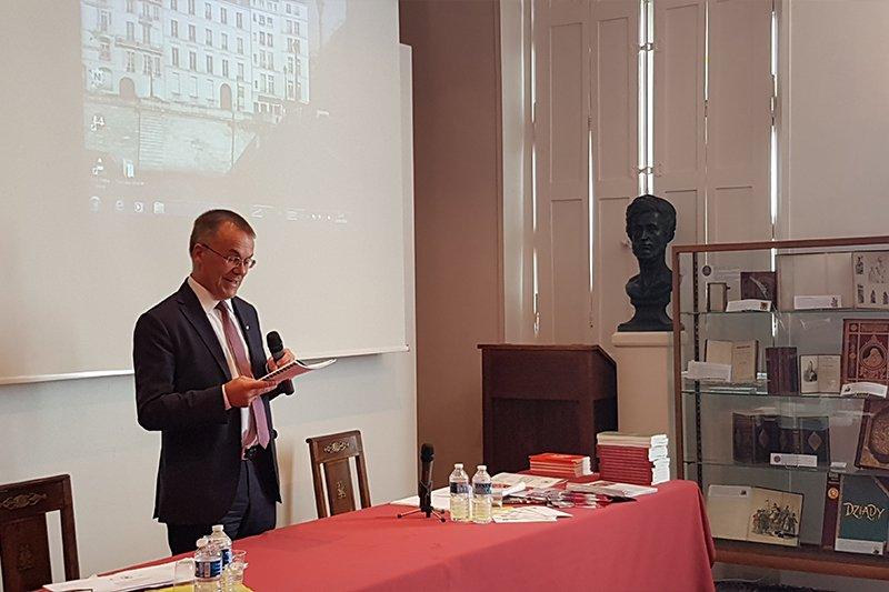 Na zdjęciu wiceminister Sellin we wnętrzu Biblioteki Polskiej w Paryżu