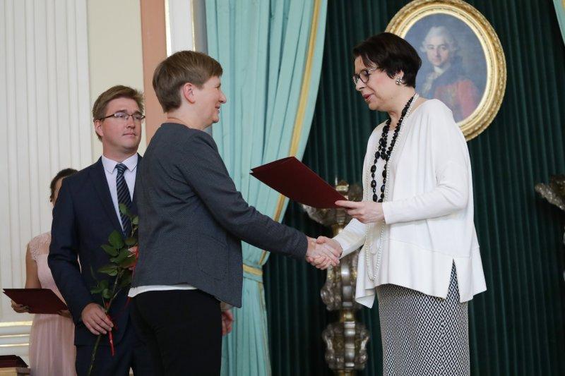 na zdjęciu wiceminister Zwinogrodzka wręcza nominację,  autor zdjęcia Danuta Matloch