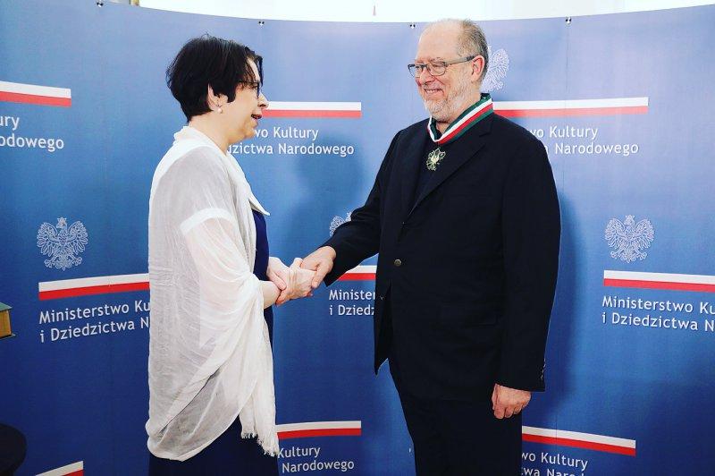 Na zdjęciu wiceminister Zwinogrodzka gratuluje laureatowi.