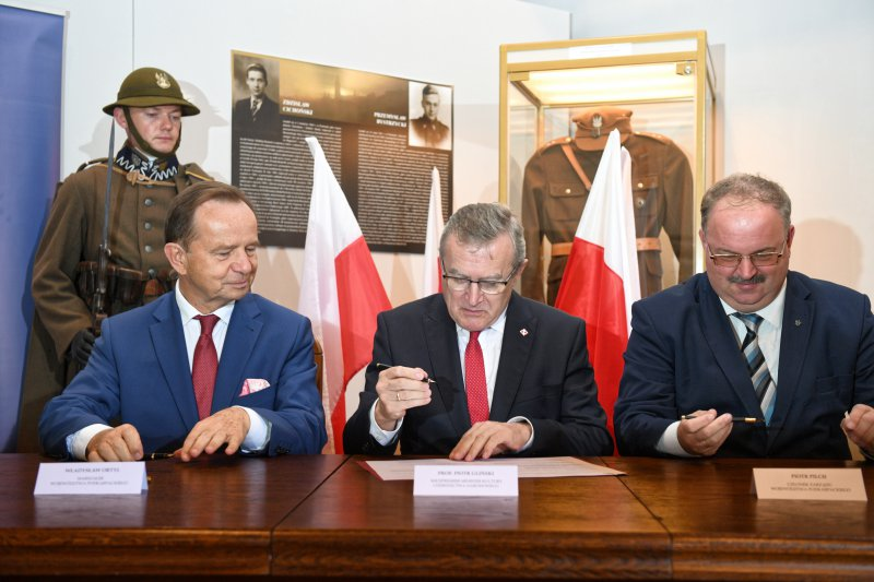 Na zdjęciu wicepremier Piotr Gliński z Marszałkami Woj. Podkarpackiego podpisuje list intencyjny.