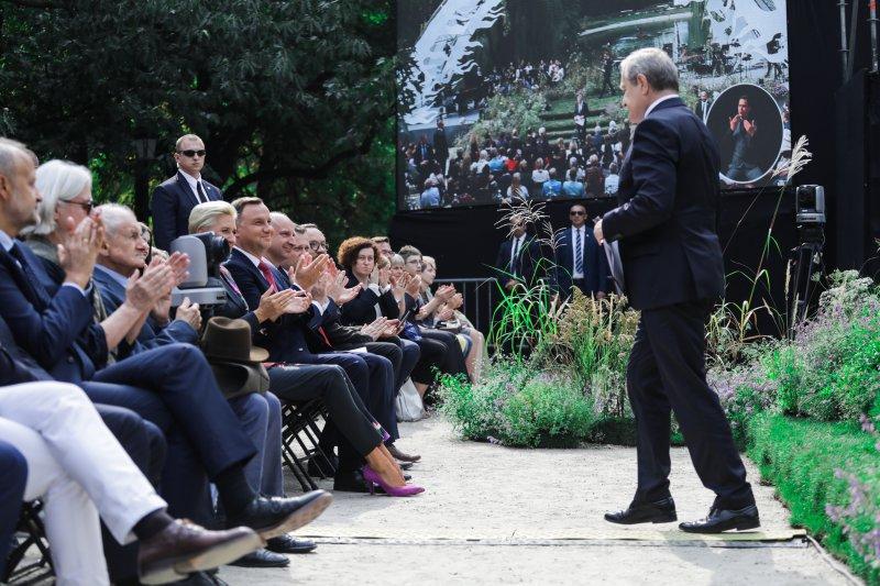 Na zdjęciu wicepremier Gliński schodzi ze sceny w Ogrodzie Saskim.