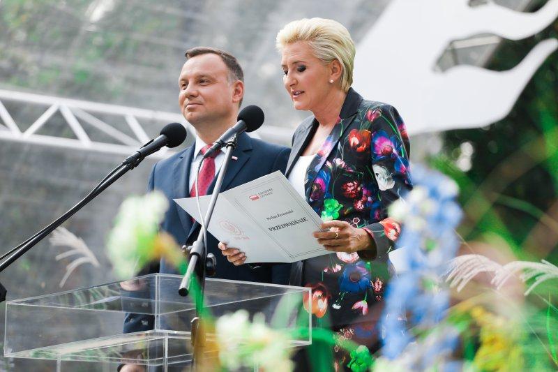 Na zdjęciu Para Prezydencka czyta Przedwiośnie.