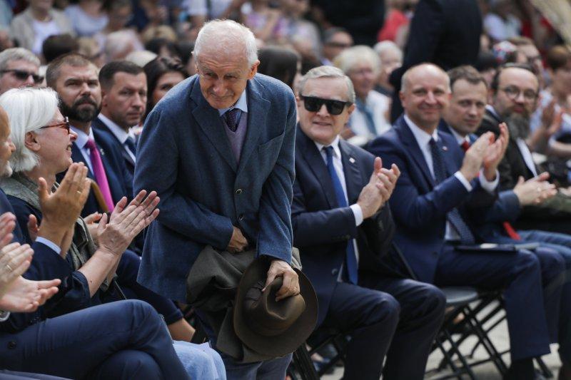 Na zdjęciu uczestnicy inauguracji Narodowego Czytania w Ogrodzie Saskim.