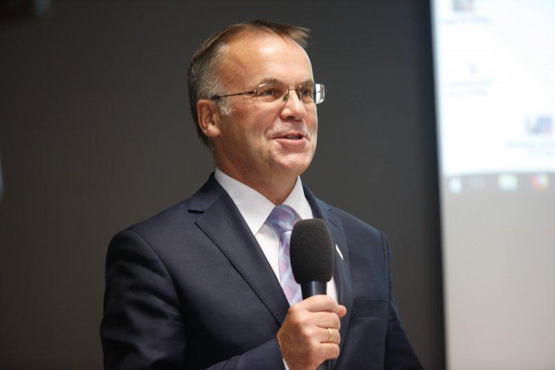 Na zdjęciu wiceminister Jarosław Sellin przemawia podczas konferencji.