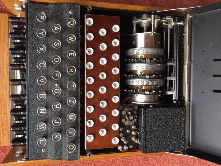 na zdjęciu maszyna szyfrująca Enigma