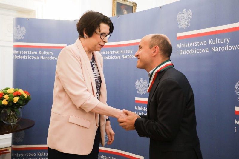 """Na zdjęciu: uroczystość wręczenia Złotych Medali """"Gloria Artis"""" Dang Thai Sonowi i Nelsonowi Goernerowi"""