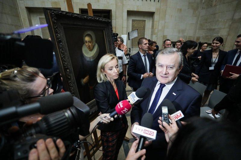 """Na zdjęciu: uroczystość przekazania """"Portretu damy"""" Melchiora Geldorpa do Muzeum Narodowego w Warszawie"""