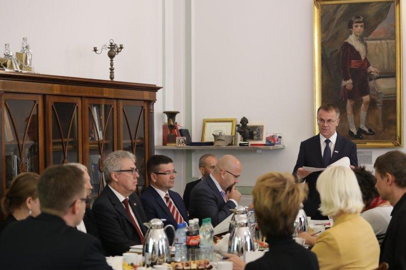 na zdjęciu spotkanie ministra Sellina z dyplomatami