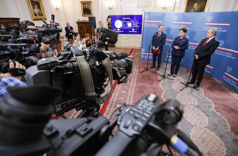 Na zdjęciu wicepremier Piotr Gliński,  wicepremier Beata Szydło i dyrektor NCK Rafał Wiśniewski podczas wspólnej konferencji prasowej.
