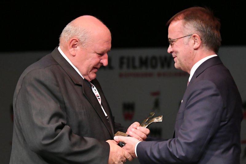 Wiceminister Jarosław Sellin na ręce Marka Franczaka przekazuje