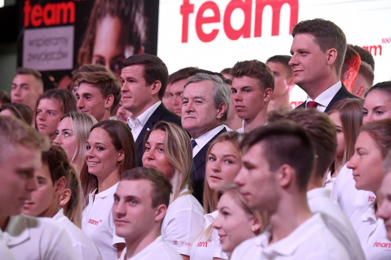 Na zdjęciu: Wicepremier Piotr Gliński i beneficjenci programu Polskiej Fundacji Narodowej Team100