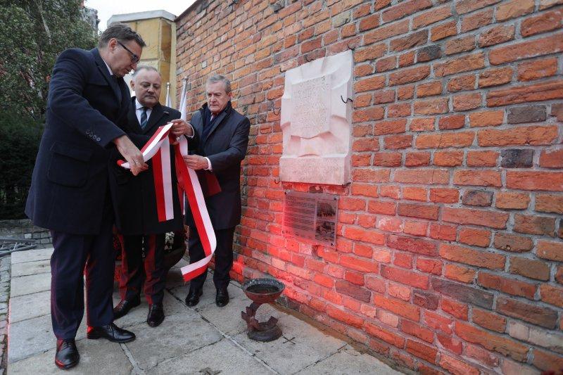 """Na zdjęciu: Minister kultury odsłania pierwszą w Warszawie """"Tablicę Pamięci"""""""