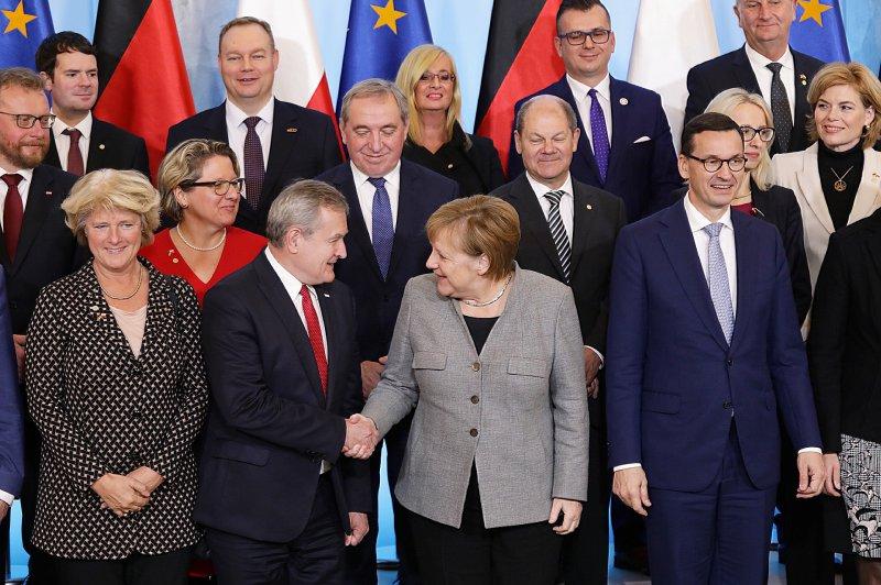na zdjęciu wicepremier Gliński wita się z kanclerz Niemiec Angelą Merkel