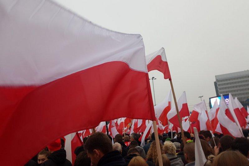 na zdjęciu flagi uczestników Marszu Niepodległości