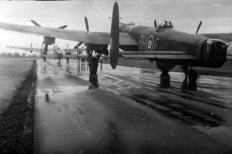 na zdjęciu 3)Lancaster ME470 BH-F z 300 dywizjonu,  w którym por. Mikołaj Kirkilewicz wykonał swój siódmy i przedostatni lot bojowy