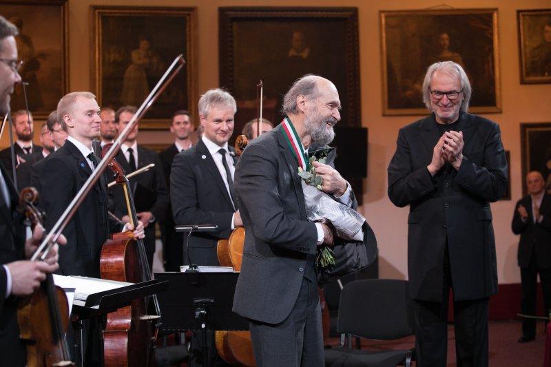 na zdjęciu Avro Part z orkiestrą