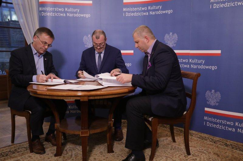 na zdjęciu podpisywanie umowy