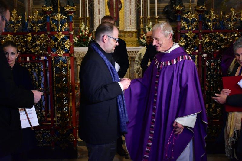 na zdjęciu wiceminister Lewandowski wręcza medal Gloria Artis