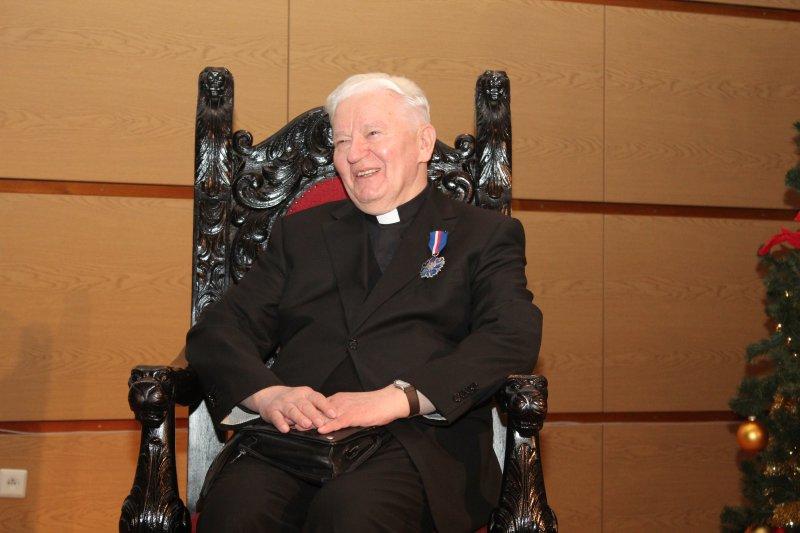 """Na zdjęciu:  uroczystość odznaczenia Srebrnym Medalem """"Gloria Artis pierwszego rektor UKSW"""""""