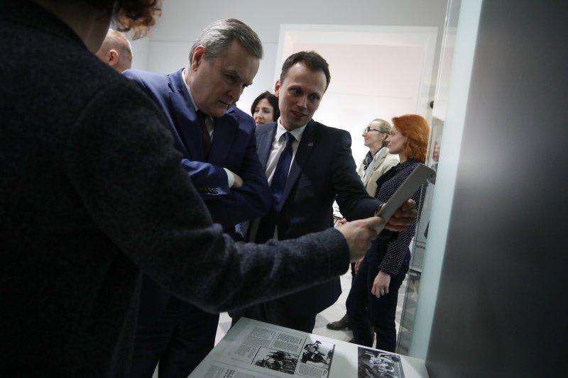 Na zdjęciu Minister Piotr Gliński na wernisażu wystawy Album rodzinny. Zdjęcia, które Żydzi zabrali ze sobą. autor zdjęcia Danuta Matloch