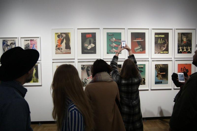 """Na zdjęciu: Otwarcie wystawy: """"Przyszłość będzie inna (…)""""."""