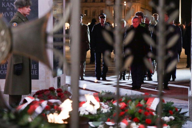 Na zdjęciu: Wicepremier Gliński podczas Narodowego Dnia Pamięci Żołnierzy Wyklętych bierze udział w Apelu Pamięci na Placu Piłsudskiego w Warszawie