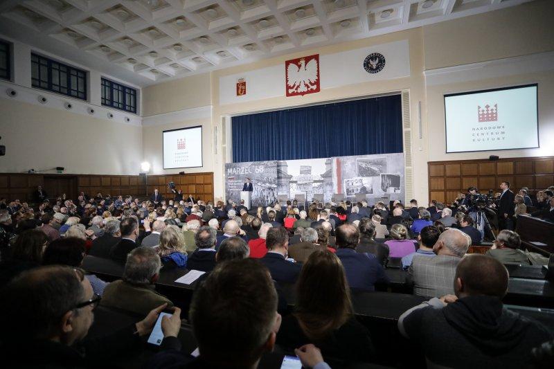 na zdjęciu premier Mateusz Morawiecki przemawia na Uniwersytecie Warszawskim w trakcie debaty poświęconej wydarzeniom z marca`68. autor zdjęcia: Danuta Matloch