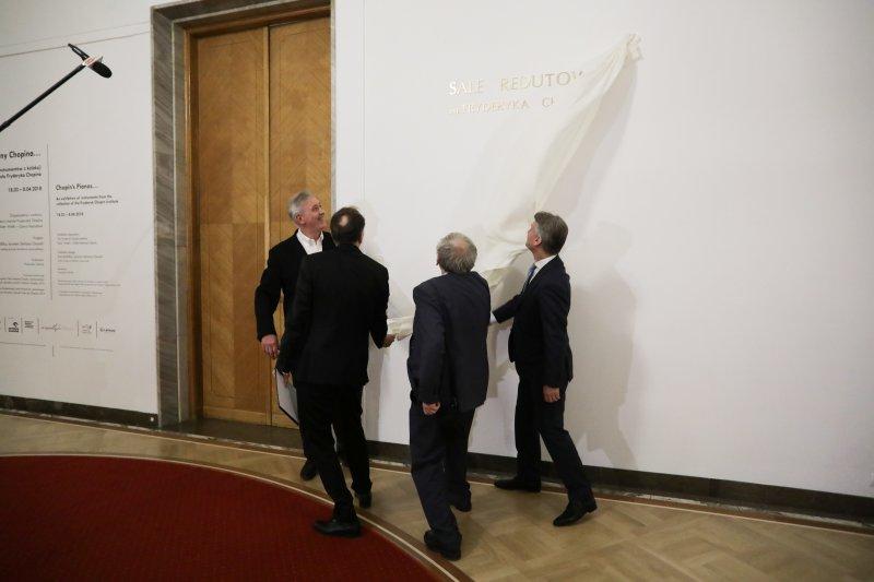 Na zdjęciu: Odsłonięcie tablicy pamiątkowej
