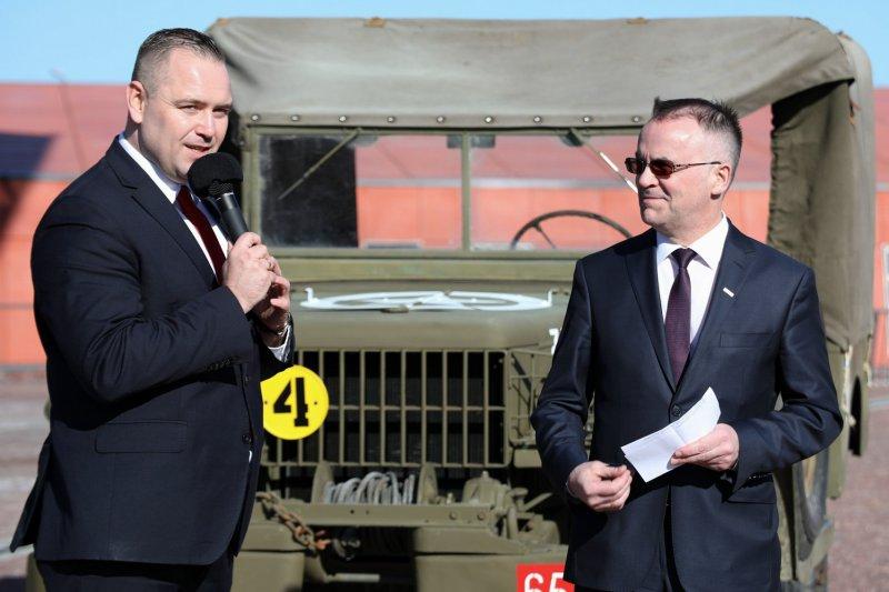 na zdjęciu Wiceminister Jarosław Sellin w tle pochodzący z 1945 roku  amerykański samochód Dodge WC 52. autor zdjęcia Mikołaj Bujak