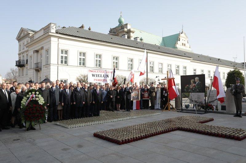 na zdjęciu apel pamięci przed Pałacem Prezydenckim autor zdjęcia: Danuta Matloch