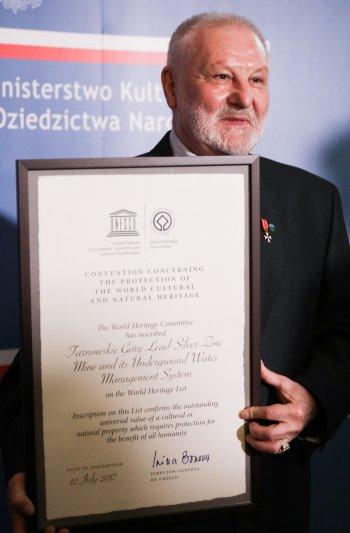 Na zdjęciu: Przekazanie certyfikatu
