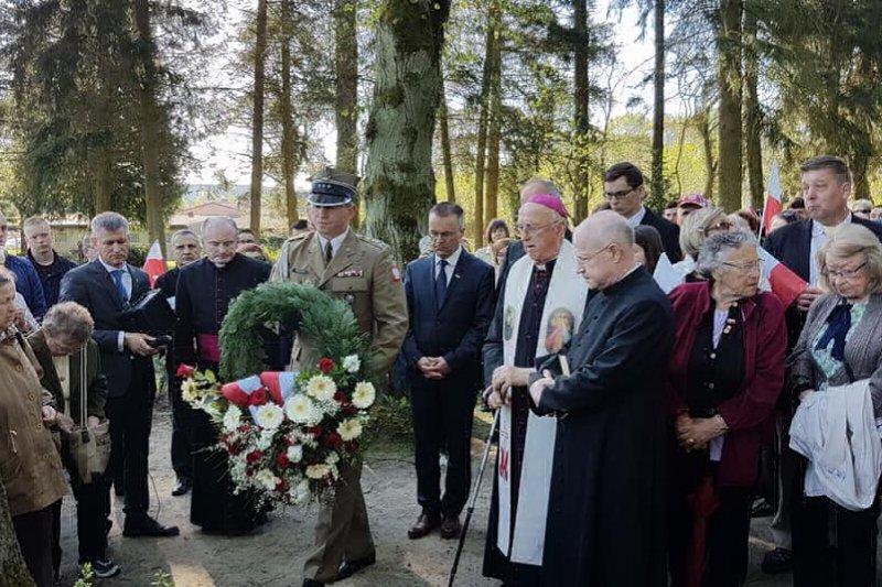 na zdjęciu  Złożenie kwiatów przez byłe więźniarki i delegacje urzędów przy grobie polskich więźniarek na cmentarzu komunalnym w Fürstenberg an der Havel