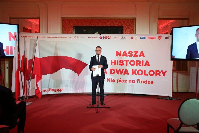 Na zdjęciu: Jarosław Sellin na konferencji prasowej prezentującej kampanię