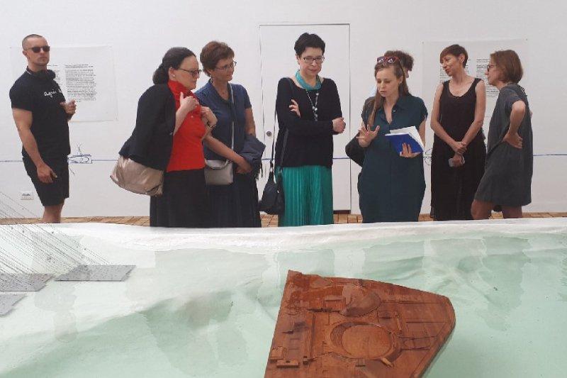 Na zdjęciu: Minister Wanda Zwinogrodzka na wernisażu wystawy