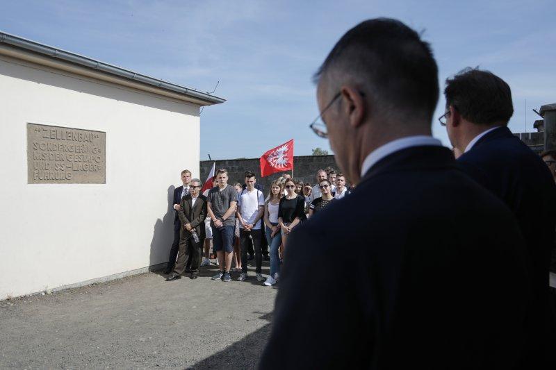 na zdjęciu Wizyta wiceministra Sellina w Niemczech - obchody wyzwolenia niemieckiego obozu Sachsenhausen  autor zdjęcia: Danuta Matloch